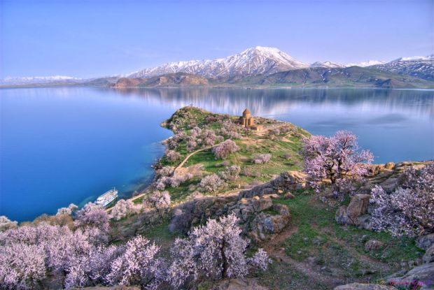 1024px-Akhtamar_Island_on_Lake_Van_with_the_Armenian_Cathedral_of_the_Holy_Cross